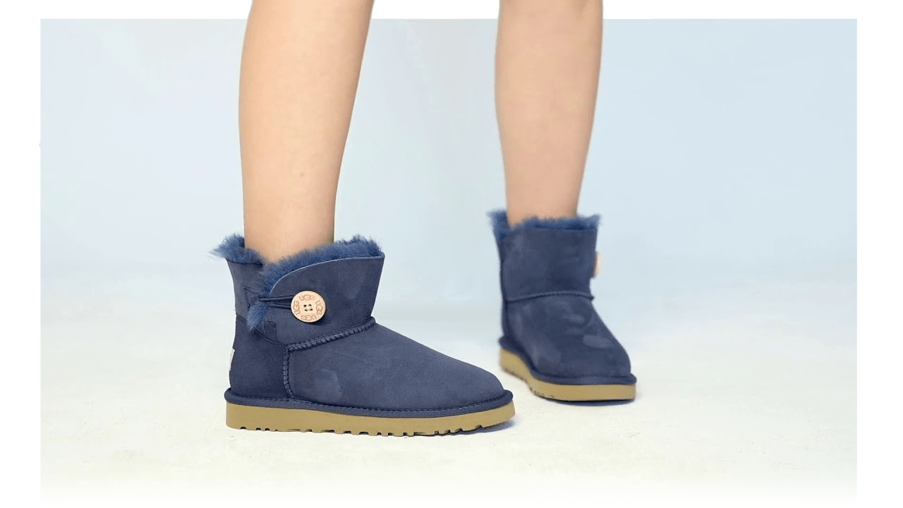 UGG Bailey Button Mini Navy на ногах